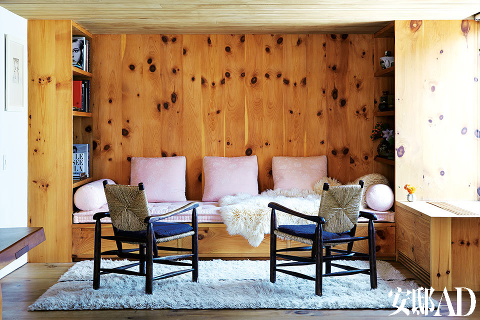 主人夫妇对木材的偏好被巧妙地安插在整个家中,哪怕是黑色树结,都被安排出特有的俏皮节奏。会客区域搭配了Charlotte Perriand设计的扶手椅,以及Dori Leslie Blau设计的摩洛哥风格地毯。