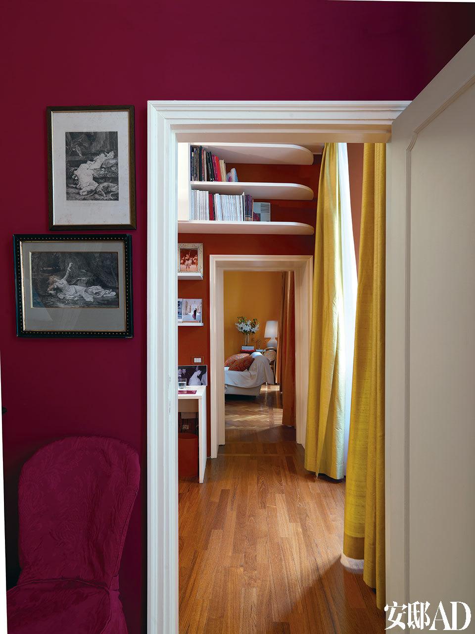 从客房望向客厅,带框的印刷作品和照片装点着墙壁,其内容都来自古典主义作品。右侧,白色的门框和优雅的赭石色窗帘好像调色板一样,点亮了这些房间,也点亮了主人的心情。