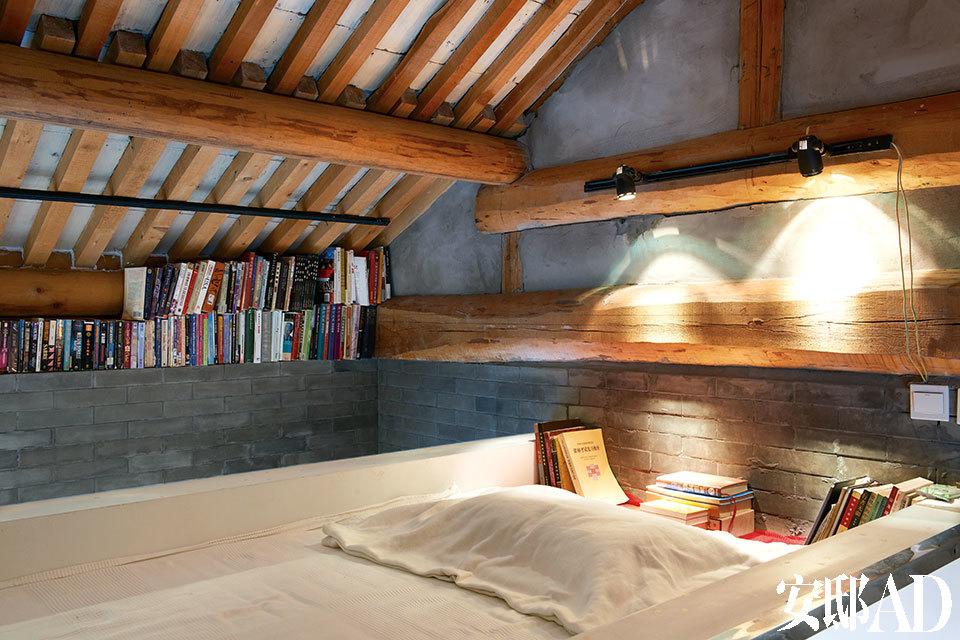 为了拥有更多活动空间,宝姐把床搬到了房梁底下。而屋檐与墙体之间的缝隙用来放书,这可真是一项创举。
