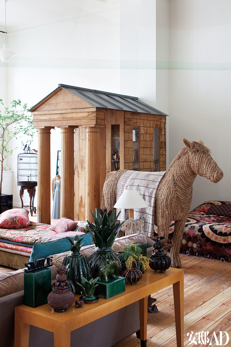 二层画室客厅的另一角,布满女主人从世界各地淘来的战利品,波兰艺术家Andrzej Wrzecionko设计的稻草马,在宽敞的空间里带来稳定气场,背上披挂着来自非洲及不丹的传统织物,仿若凯旋而归。