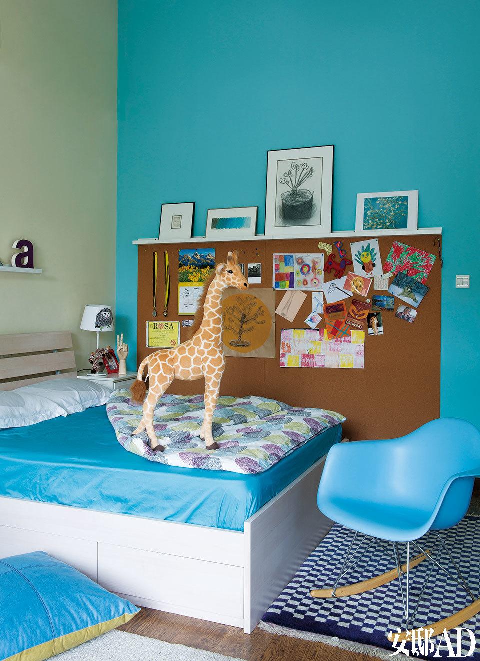 大女儿Ava的卧室中,蓝色是绝对的主色调,窗边的蓝白格地毯来自西藏拉萨。