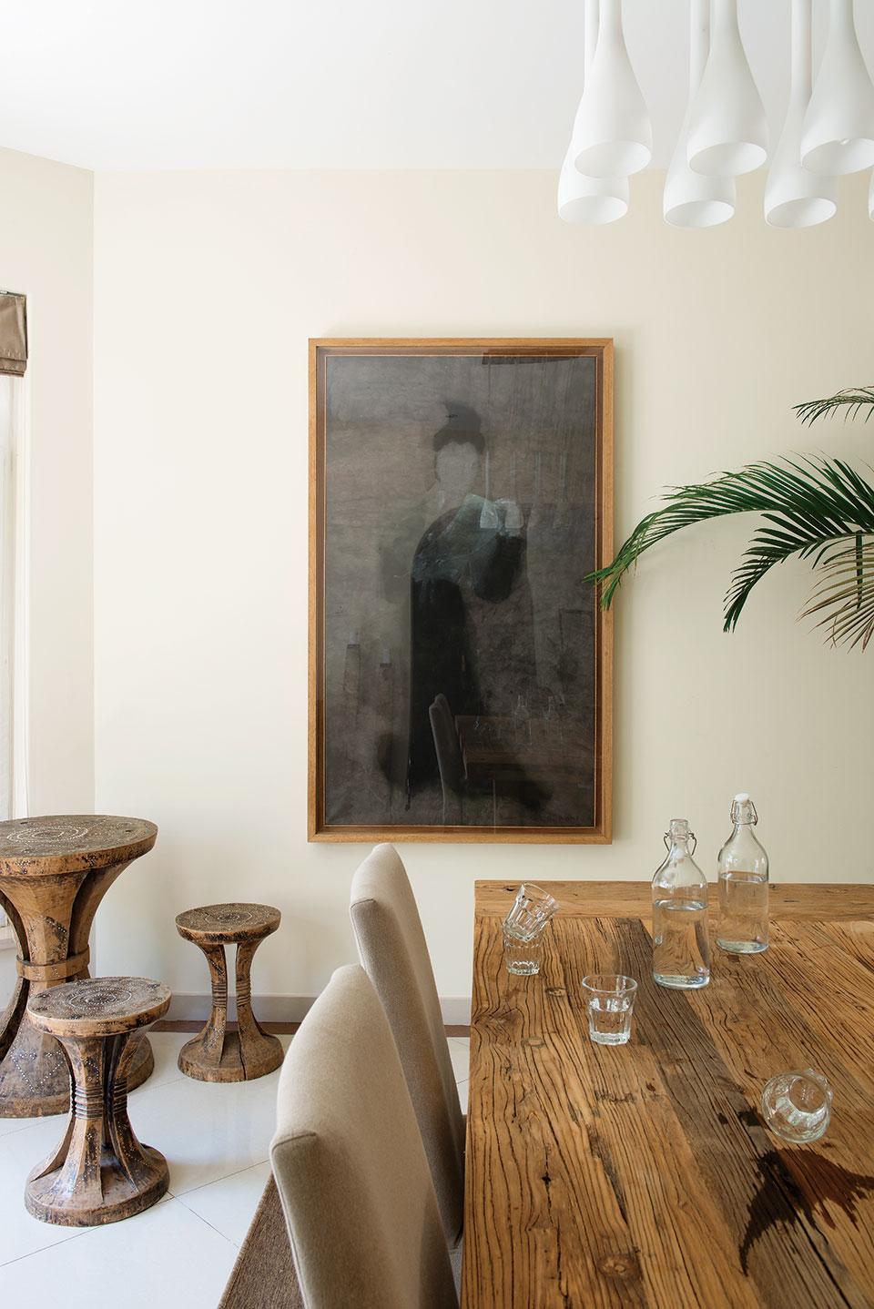厨房中,餐桌也由老门板改造而成,餐椅是Trine自己的设计,墙角有三只来自印度尼西亚Lombok岛的土著风格圆桌和圆凳,都是由整截树桩雕刻而成 的,上面镶嵌着贝壳和中国古钱币。墙上的唐代仕女水墨画由邬一名创作于2002年,来自香格纳(ShanghART)画廊,它是结婚时丈夫Matthew 送给Trine的礼物。