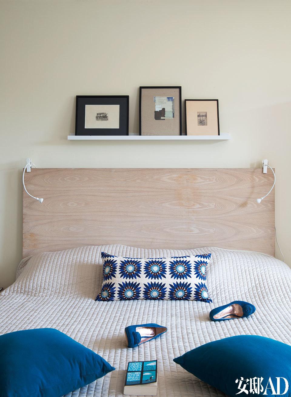 Targett夫妇的主卧室中,床上的蓝白花纹抱枕由Chang & Biorck出品,蓝色靠垫则是Trine自己制作的。