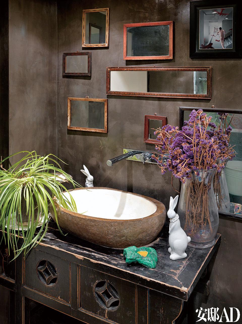 洗手间内,已过世的奶奶曾用过的镜子被保留,并重新装上框使用,散发着家所独有的人情味。