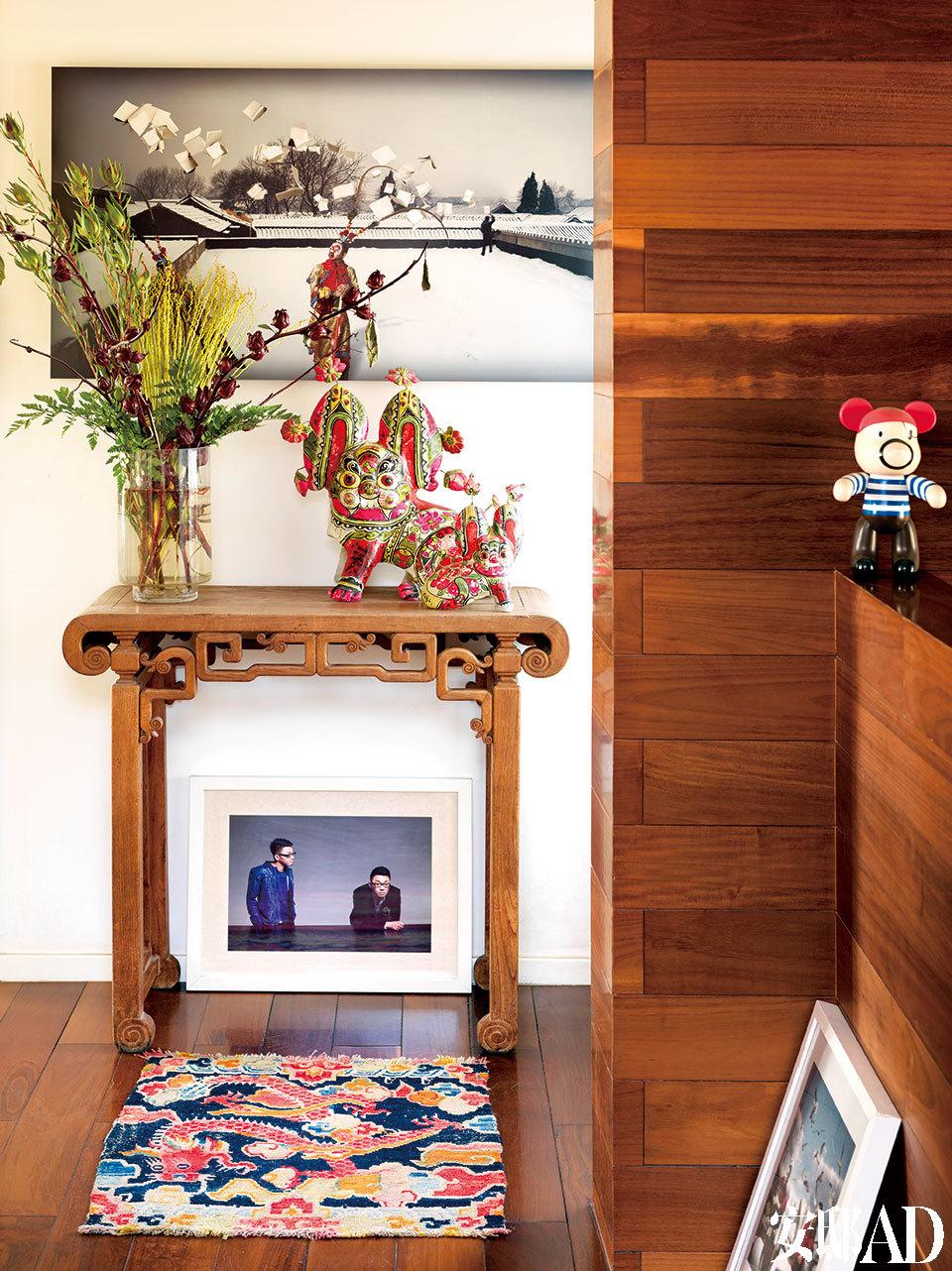 在二层并不宽敞的过道中,如果嫌老案几、老地毯与摄影作品相配还不够有个性,那么,放上造型有趣的卡通玩具、中式传统玩偶,是不是更有梦幻意趣?