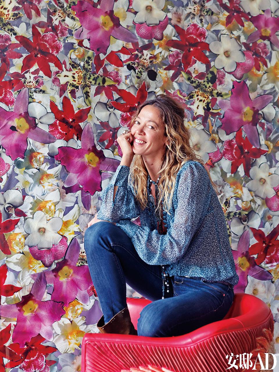 "Nathalie Pasqua坐在Helen Amy Murray设计的皮椅上面,后面是出自Philippe Pasqua的作品""花""(Fleur)。"