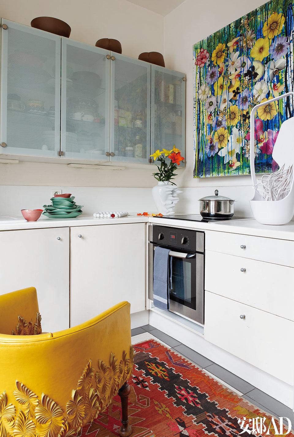 厨房的另一角,黄色锯齿状皮质扶手椅出自Helen Amy Murray。