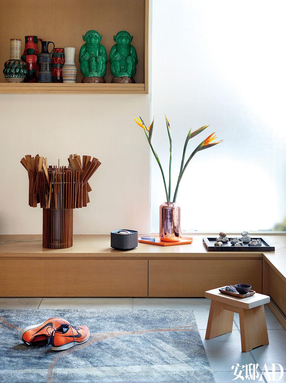 在如此紧凑的居住空间里,少即是多。从1960年代的德国陶器,到日本木制台灯,两个人独具慧眼,每个物件都经过精挑细选。