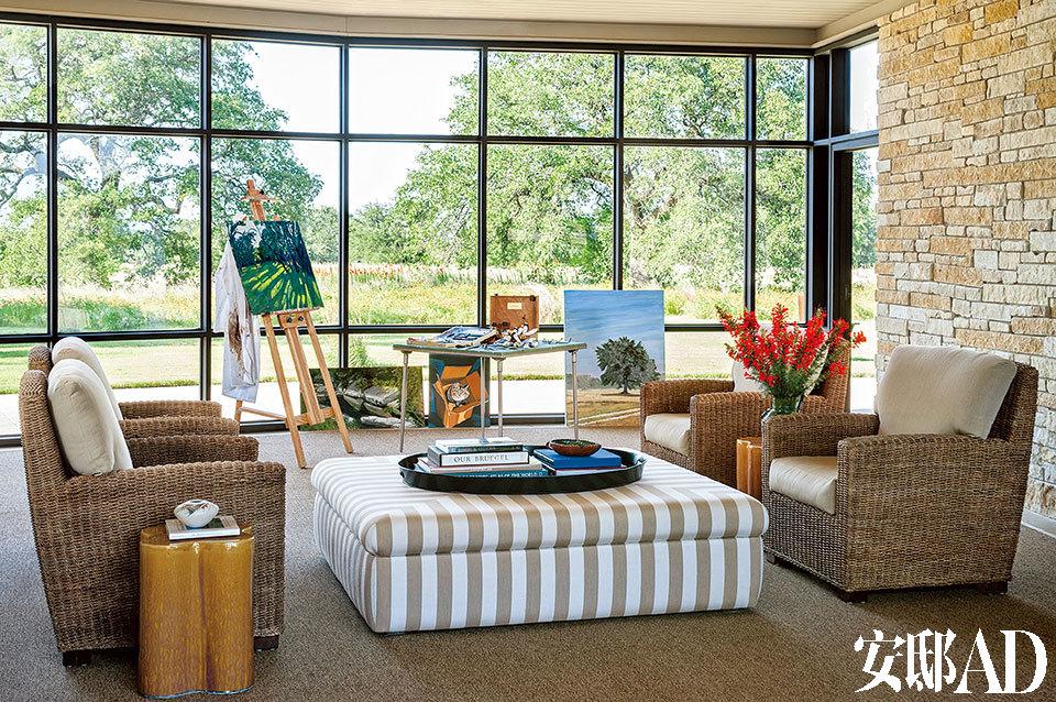 """退休后的小布什""""专心""""进军绘画界,其作品大多描绘当地景物。今年4月,他刚举办了自己的画展。小布什经常在窗边作画。天热时,有遮阳板帮忙抵挡强烈的阳光。矮脚凳和藤编椅的面料来自Sunbrella。"""