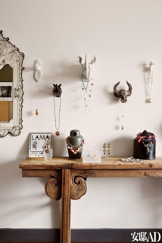 """为""""冰川情事""""的系列,是Lama亲身踏行阿根廷Perito Moreno冰川之后的作品;观察感受秘鲁当地原住民文化后创作的""""宇宙王国"""",显出宏大格局;但有时Lama却又像个调皮又爱浪漫的女孩,将项链形容为 """"一位环抱于你颈上的诗人""""。时间和经历被浓缩在一面墙上,Lama历年来珠宝设计的灵感脉络在此一目了然。"""