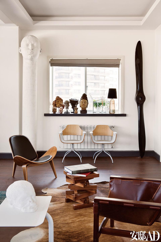 窗边的白色柱形雕塑作品来自于Samuel Salcedo。生产于1920年代的黑色木质螺旋桨购于巴黎的航空古董店,当年仅有32架飞机安装了这款螺旋桨。窗台上的佛头雕塑分别收集于中国、巴厘 岛、日本、意大利及缅甸。窗下的两张座椅是西班牙天才设计师Jaime Hayón的作品。