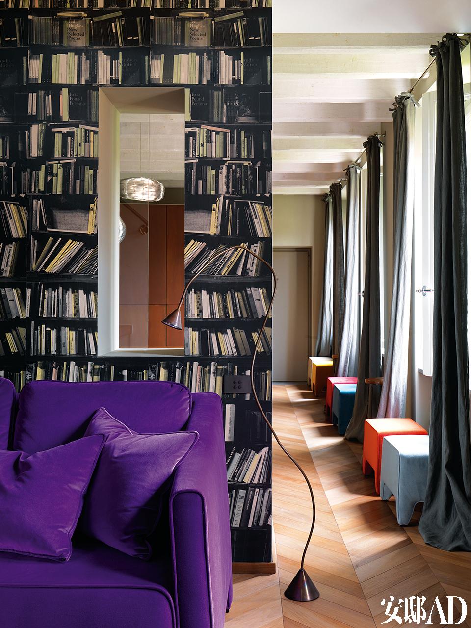 隔断墙上适当打开个洞,令两个空间互为呼应。餐厅窗边的彩色坐凳购自意大利卢加诺的Kasia,HG落地灯由Angela Ardisson设计。