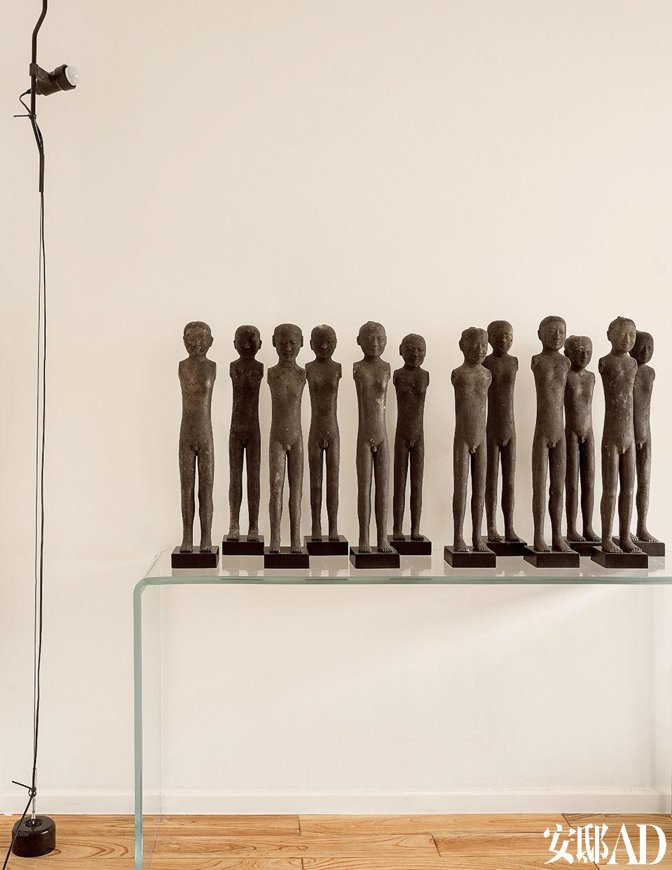 位于三层的走廊,玻璃边几上的陶俑为主人的私人收藏。