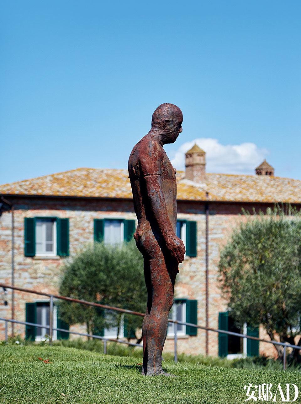 英国艺术家Antony Gormley的雕塑作品硕然伫立在农场上。