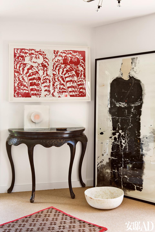 客房里,地上铺了一块19世纪的西藏祷告毯,旁边有一个埃及的雪花石碗,19世纪的中式边桌上,雕塑出自Kisho Mukaiyama,边桌上方墙上是吕胜中的剪纸作品,旁边墙上是王天德的宣纸画。