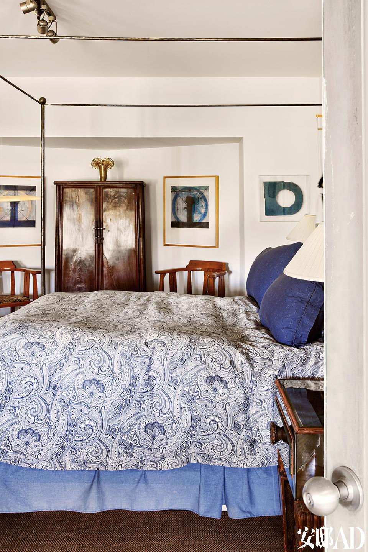 卧室里,墙上的手工纸浮雕作品出自艺术家Shoichi Iida。