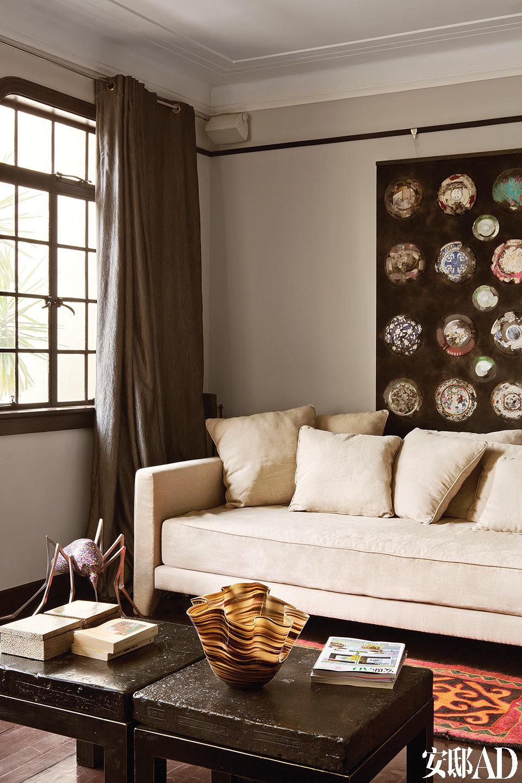 二楼的影音室,几乎成了艺术品存储区,沙发一角是冯澍《后昆虫时代》系列作品之一,墙上悬挂着以擅长画女人颈项出名的法国艺术家麓幂的作品。