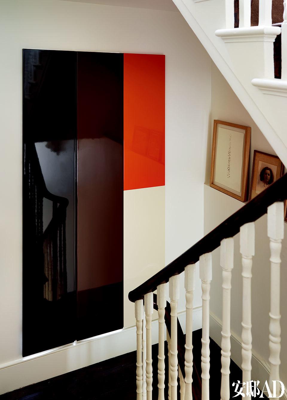 """一、 二楼之间的楼梯拐角处,一张四色的喷漆""""艺术品""""看似四平八稳地挂在墙上,其实竟是一道门,掩藏了一套阳光灿烂的蒸气室和淋浴间!在楼梯拐角处,墙上悬挂的喷漆艺术品其实也是一道门,打开便是淋浴及蒸气室。"""