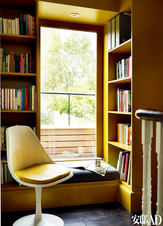 在一处可以看到后花园风景的楼梯转角,Orla因地制宜地设计出靠窗座位及书架。