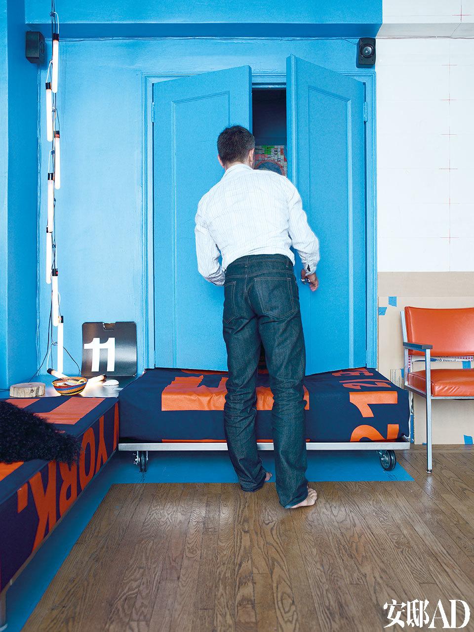 床被创造性地放进了原来的储物柜里,空间不够大,就把原本的门锯掉下半部分,让床尾露在外面,还可以当沙发用。