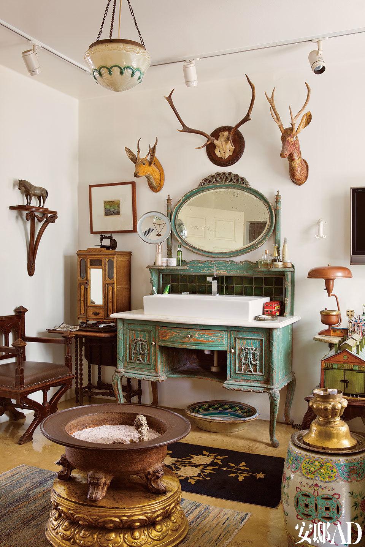 二层,殖民地家具和各国玩具及古董混搭组成的 盥洗室,像一个缤纷的童话世界。