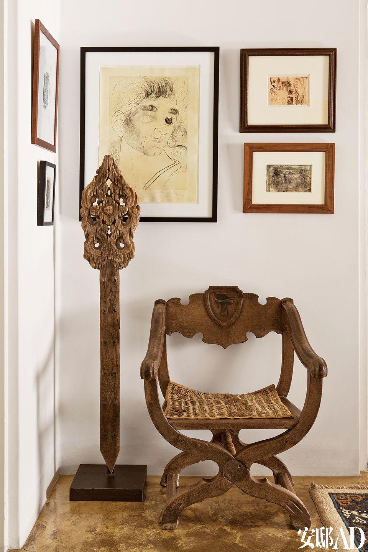二层过厅挂满了主人从世界各地搜集来的版画和素描作品。
