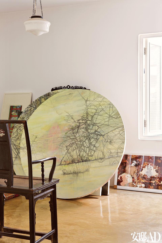三层储藏室,卜镝正在进行中的一幅画作,气质独特,亦古亦今,与这个家给人的感受一脉相承。
