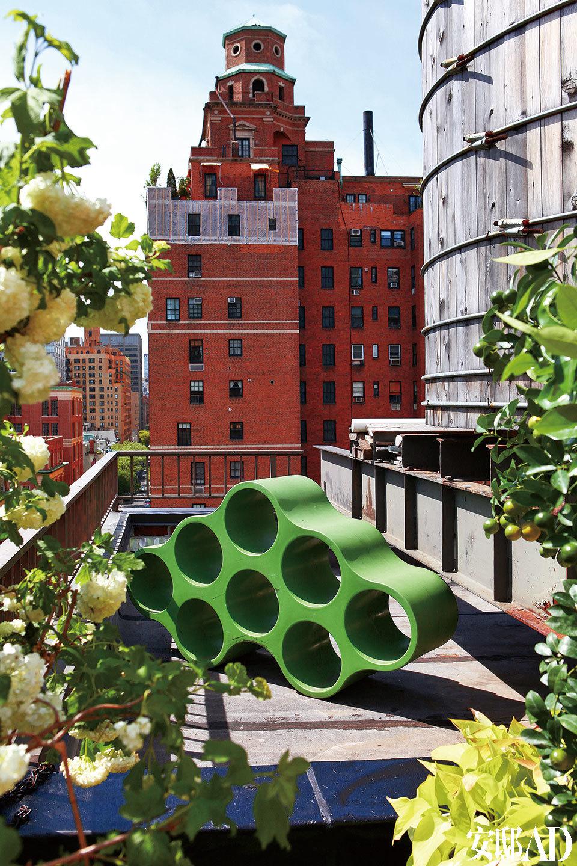 户外露台上绿色的装饰物Zig是Cecilia和她的合伙人的设计,由Cezign出品。