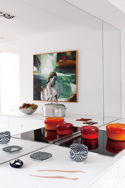 开放式厨房最忌锅碗瓢盆纷乱繁杂,偏爱极简的Cecilia自然不会允许这些生活必需品打乱整个家的简约节奏,因此特别设计了丰富的储物柜。电磁炉上的厨具来自Staub品牌。