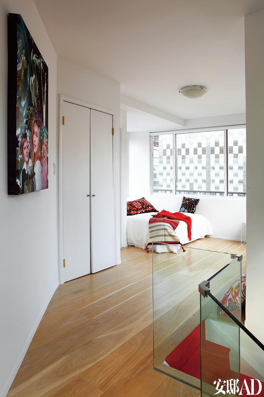 楼上的主卧室,民族风的靠垫及毯子由Cecilia的母亲手工制作而成。