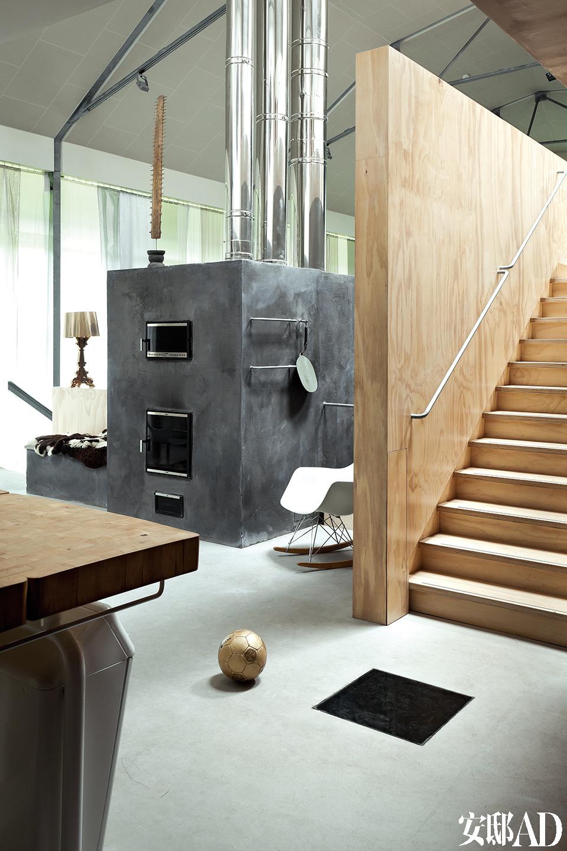 钢结构横跨了建筑12米的全部宽度,这为室内空间的规划提供了很大的灵活性。阿姆斯特丹的Arup工程咨询公司为这里植入了包含光电、LED照明、灰水循 环、木颗粒采暖与低温供热混合系统,以及带二氧化碳监测的通风系统等智能控制技术,一切都致力于对当地资源的高效利用。完善的穿孔式采光设计,让这个本处于地下的房间也能拥有充沛的自然光照,为此设计者还获得了2013年荷兰日光大奖( 2013 DutchDaylight Awards)。