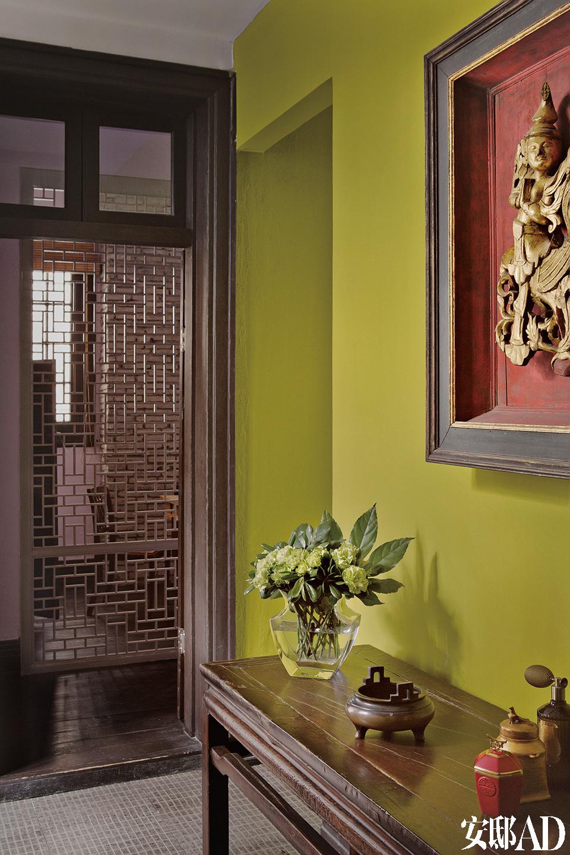 门厅镜面墙的背面,正对着楼梯。宅子里的所有插花都是主人的闲情逸趣。
