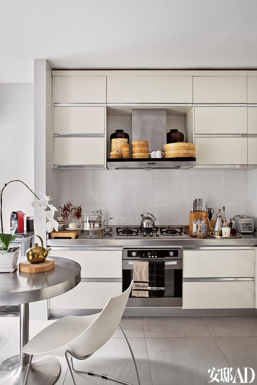 厨房的功能之一是煮咖啡和茶,抽油烟机上面的蒸屉是热爱小笼包的Brett的收藏。