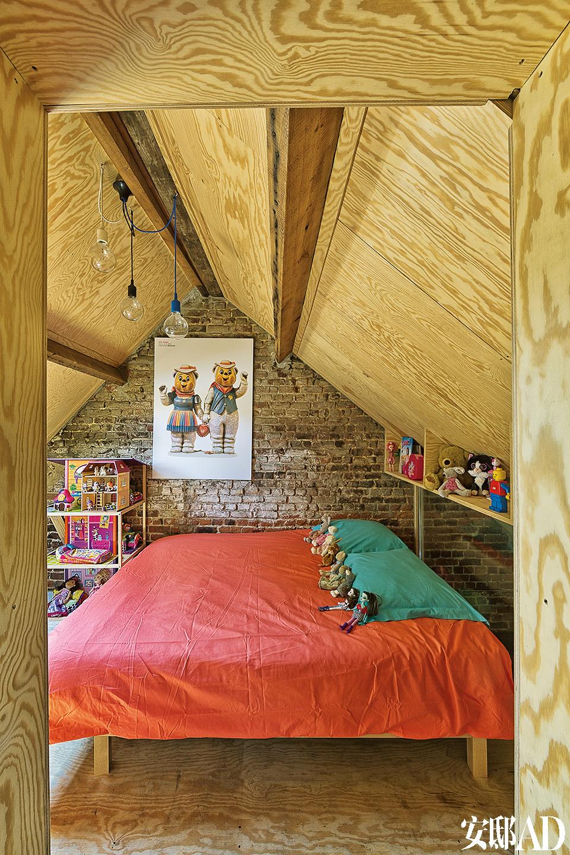 阁楼尖顶处是儿童房,大床来自比利时品牌Instore。对页 一堵L形镜面墙隔出了卫浴空间,内部贴上了炫酷的银色瓷砖,来自比利时品牌Techimex。