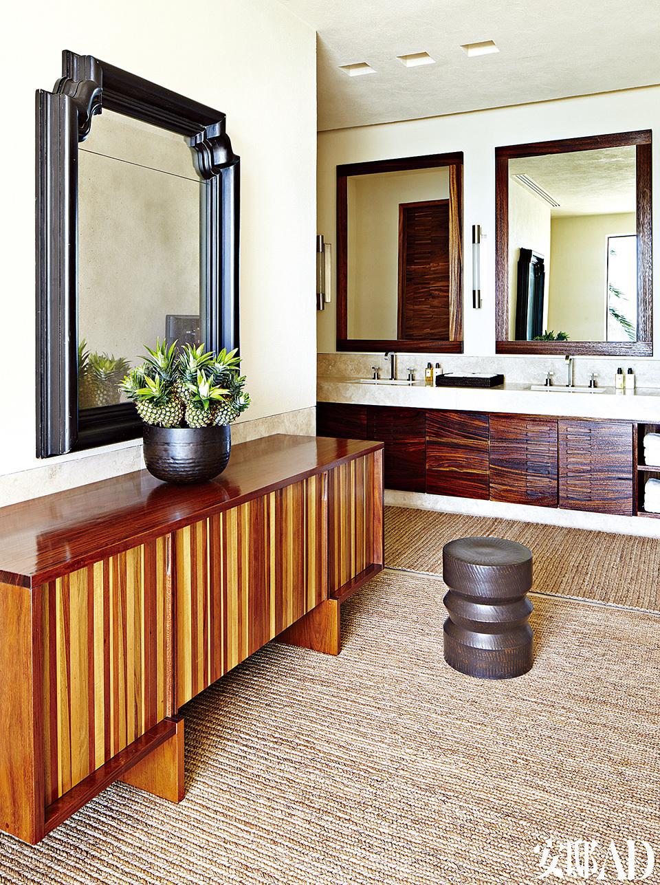 克鲁尼的主浴室中安放着Urban Archaeology的香薰蜡烛和Waterworks的卫浴设备。边柜由Marcenaria Sâo Paulo设计,坐凳来自Tucker Robbins,而The NaturalCarpet Co.的地毯则带来一丝自然风情。