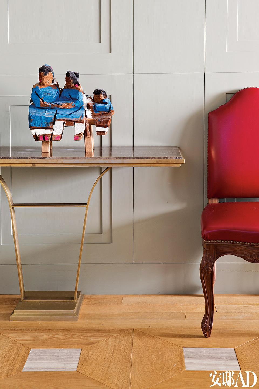 现代艺术与古董家具在家中各处和谐共处。