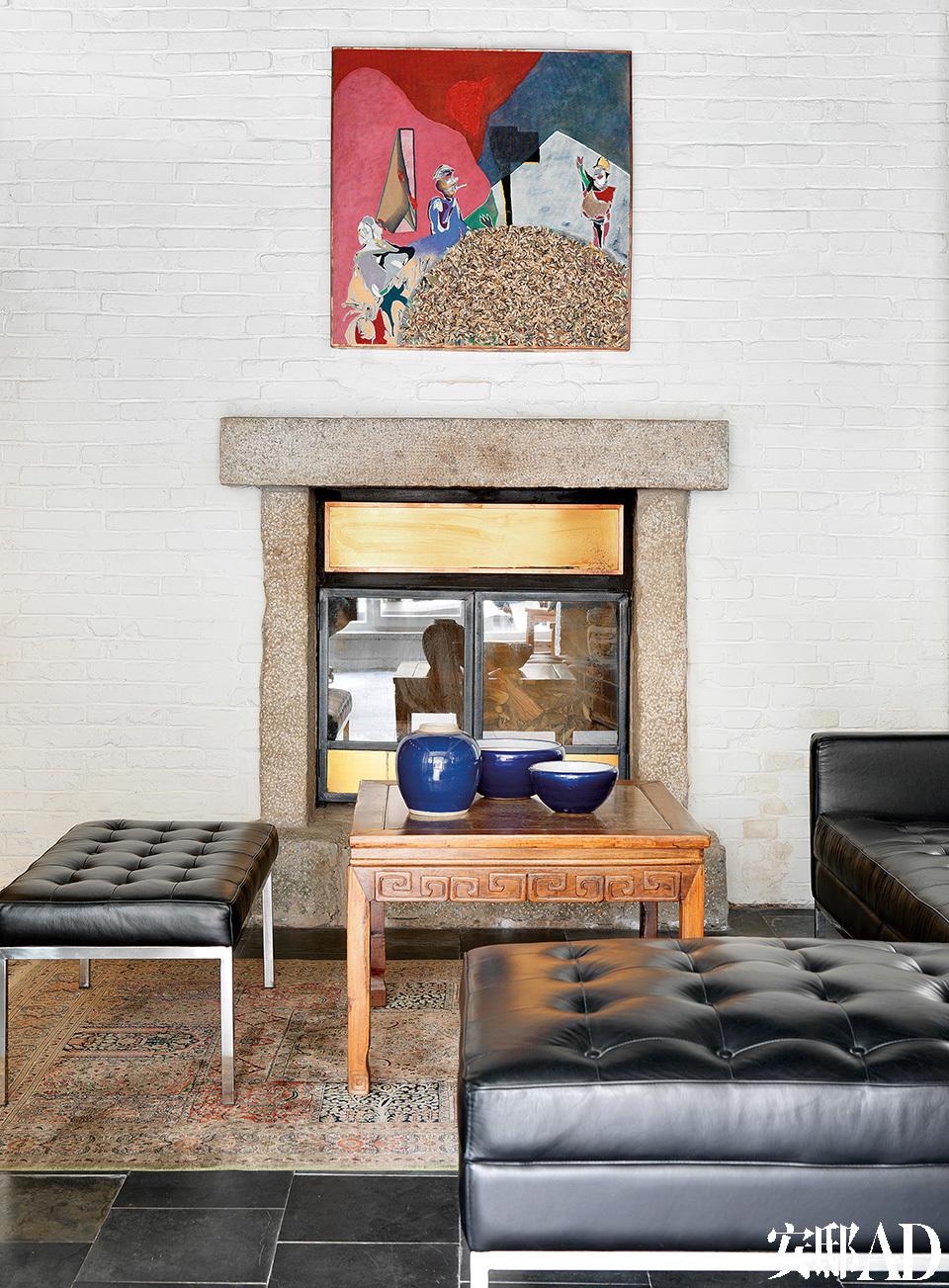 旧起居室,萨洋在老房子里加建了壁炉,中式方桌上摆着收藏的瓷器。
