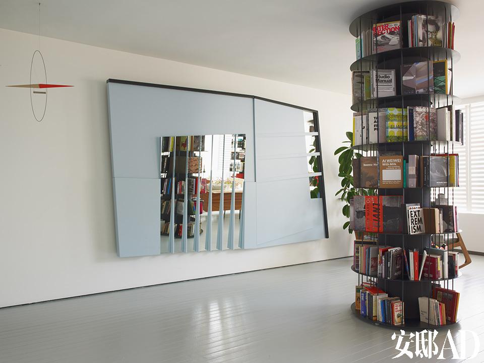墙上的蓝色镜面艺术品由Haluk Akakce创作,名为《遗失的空间》(Lost in Space)
