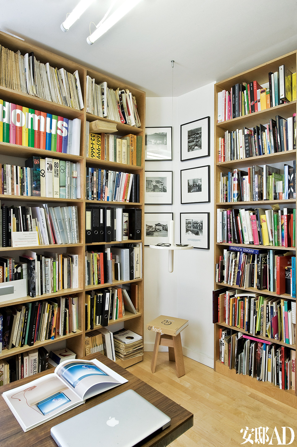 书房中当代艺术家和家具设计师的著作汗牛充栋,大书架来自Martin Szekely,黑白照片的拍摄者是Bill Owens,小凳子和UFO迷你桌来自Pierre Charpin。
