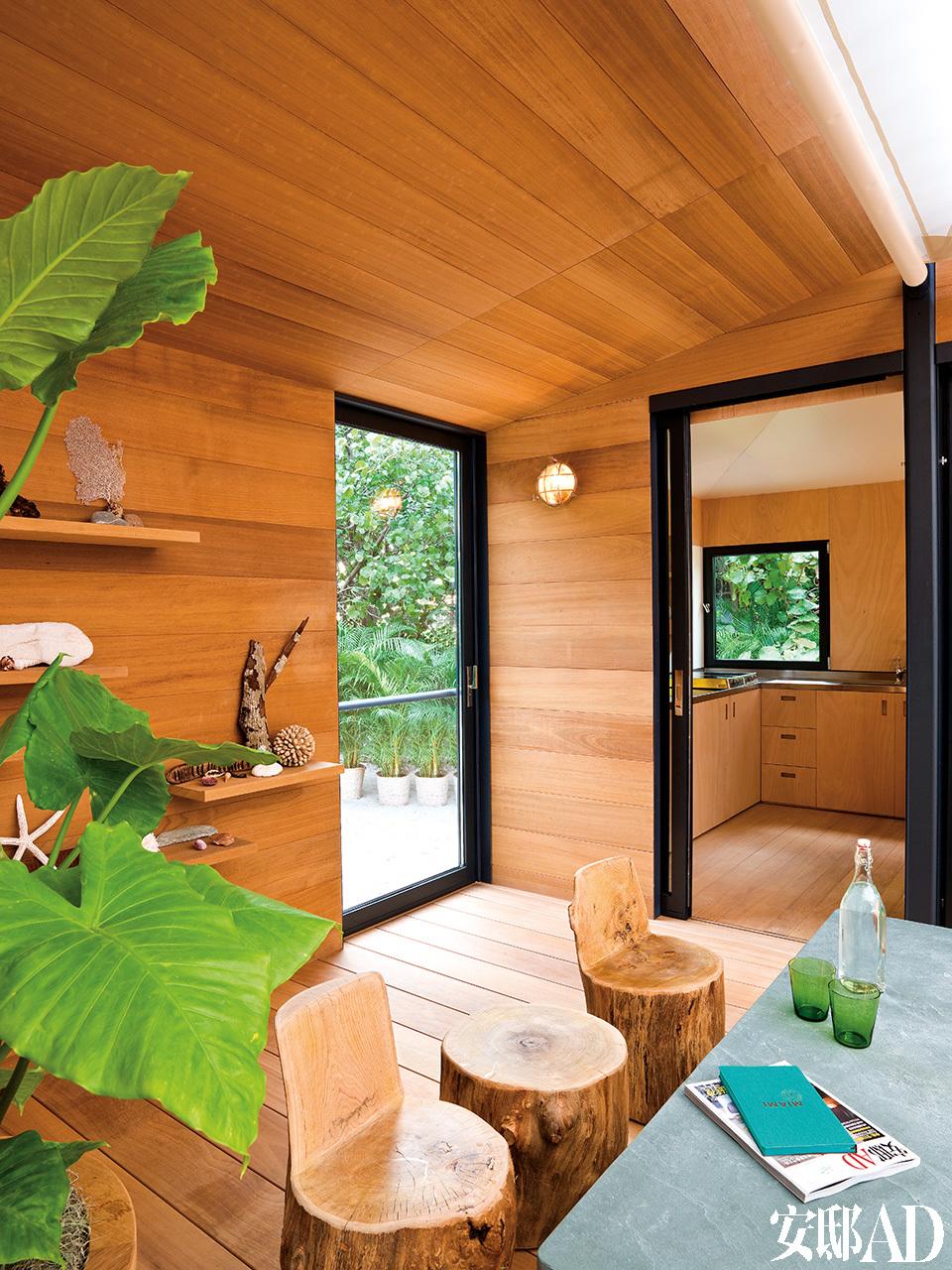 """一系列由原木树干直接打磨而成的座椅安静地躺在特大板绿柄桑地板上,房间内充满了设计师夏洛特·贝里安巴西之行的影子。在大隈(Okuma)墙壁上,排列着一系列木质架子,架子上收藏着设计师从大自然中寻得的""""宝物""""——她是那么喜欢将这些散步中发现的小玩意儿带回家来。"""