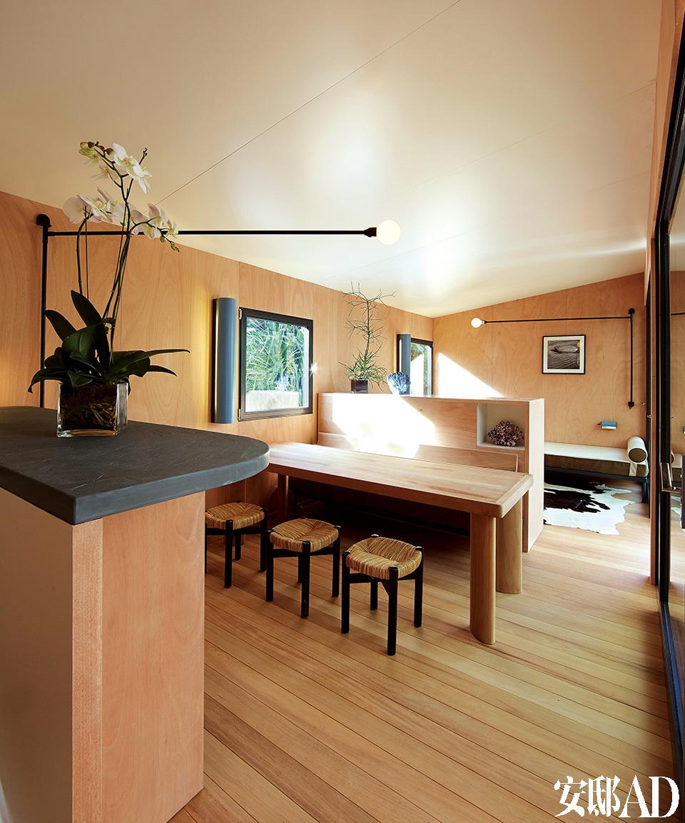 这就是夏洛特情有独钟的设计风格:未经分隔的厨房、餐厅和小客厅构成一个整体。