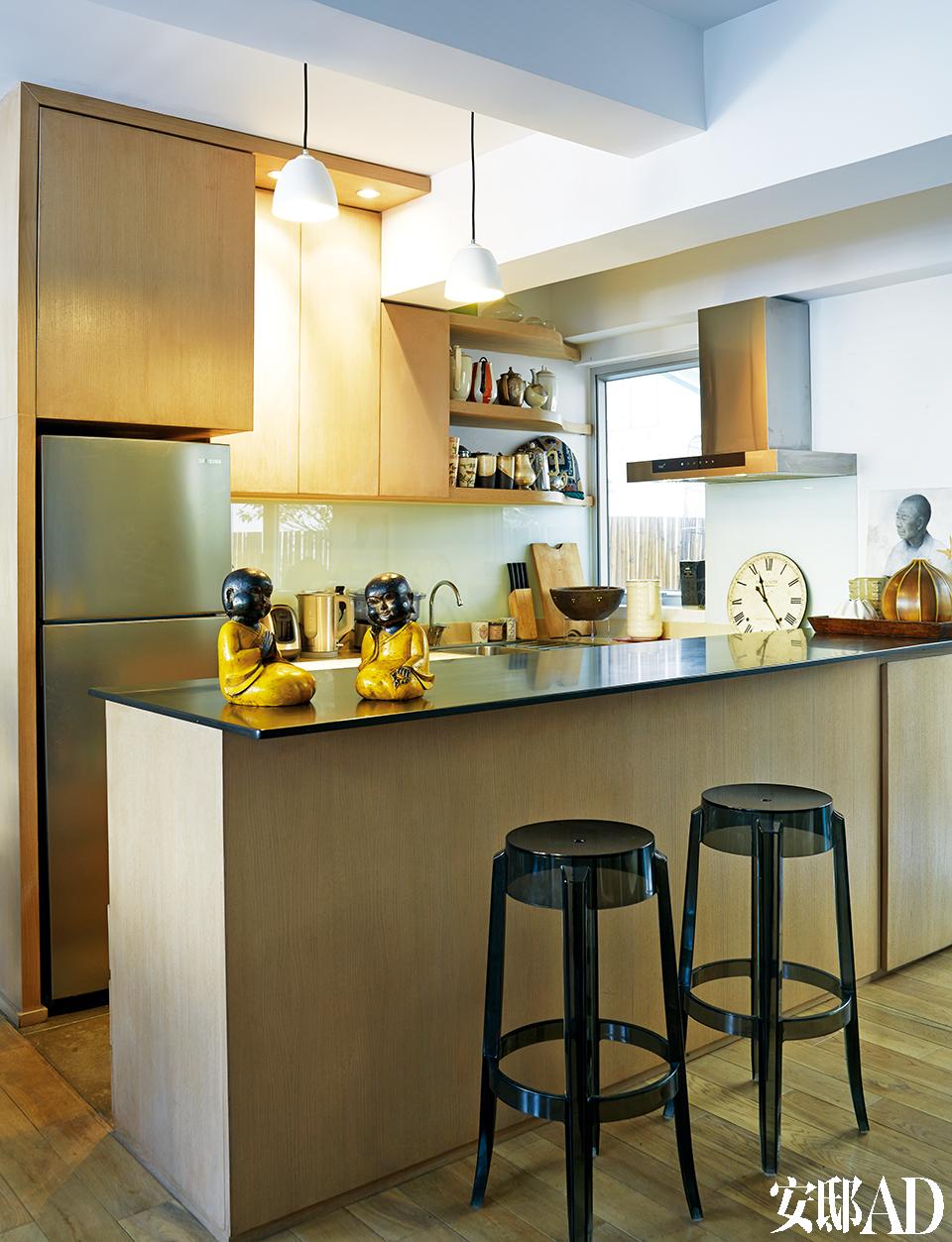 设计师Stefano拆除了原本的隔断墙,由此增加了厨房的空间,使它更为敞亮,并与起居室相连通。橡木橱柜搭配合适的早餐吧台,确保了空间的最大化利用。