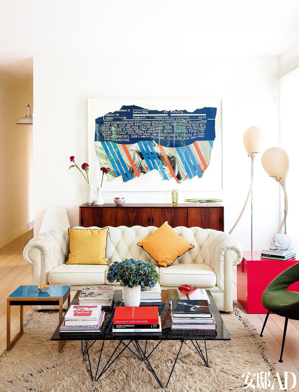 客厅中,Ester Partegàs的画作Polylumpious Tetraflacidontics(2004)购买于Helga De Alvear画廊。白色的Chester古典沙发和Habitat的Stella椅围出了客座区域,蓝色小茶几来自Vitra,Bereber地毯来自 Siesta Y Manta。