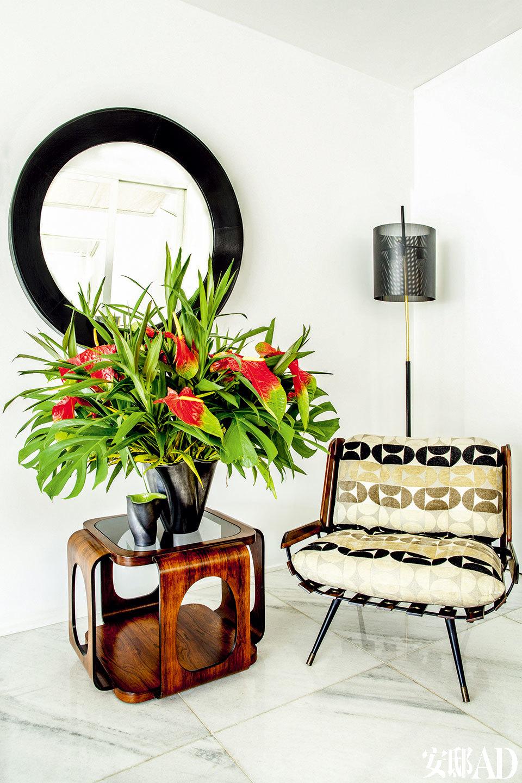 """""""这里五彩缤纷、热情洋溢,就像唤起了我的童年记忆!""""阅读空间中,Martin Eisler设计的扶手椅与来自巴西本地的上世纪60年代的立式灯相呼应。立方体木质方桌上摆放着Elchinger设计的瓷质花瓶,墙上的镜子来自 Mercado Moderno。"""