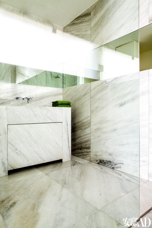 浴室用白色条纹大理石作为地板和墙面的主材料,设计感的镜子也是根据它相应设计而成。