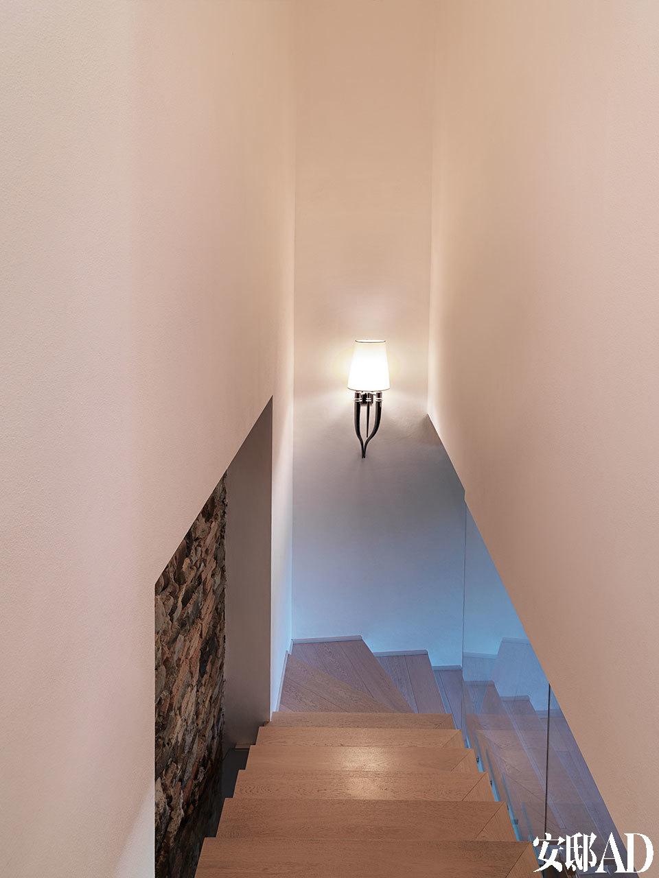 一楼通向二楼的楼梯间,Brunilde壁灯由Alessandro LaSpada和Samuele Mazza设计。