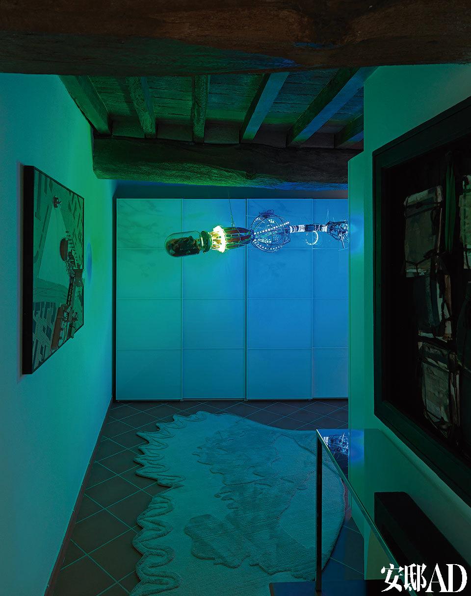 书架与来自De Paris和AlfredoRomano的艺术品在地下室组成了一个私密的空间,Argante地毯由Samuele Mazza设计,来自Visionnaire。