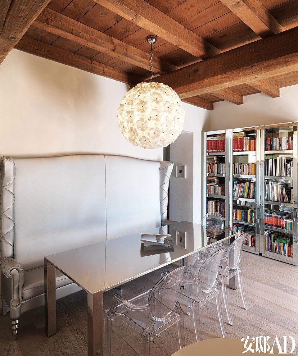 厨房和餐厅是家中绝对的核心空间,承载着一家人烹饪、用餐、读书、聊天甚至工作的众多乐趣。餐厅中,拥有长靠背的Alice双人长椅由Alessandro LaSpada设计,金属材质的Keu餐桌由Alessandro La Spada和Samuele Mazza设计,Acantus吊灯由Samuele Mazza设计,以上均来自Visionnaire。餐椅搭配了由Philippe Starck设计的Louis Ghost透明椅,来自Kartell。