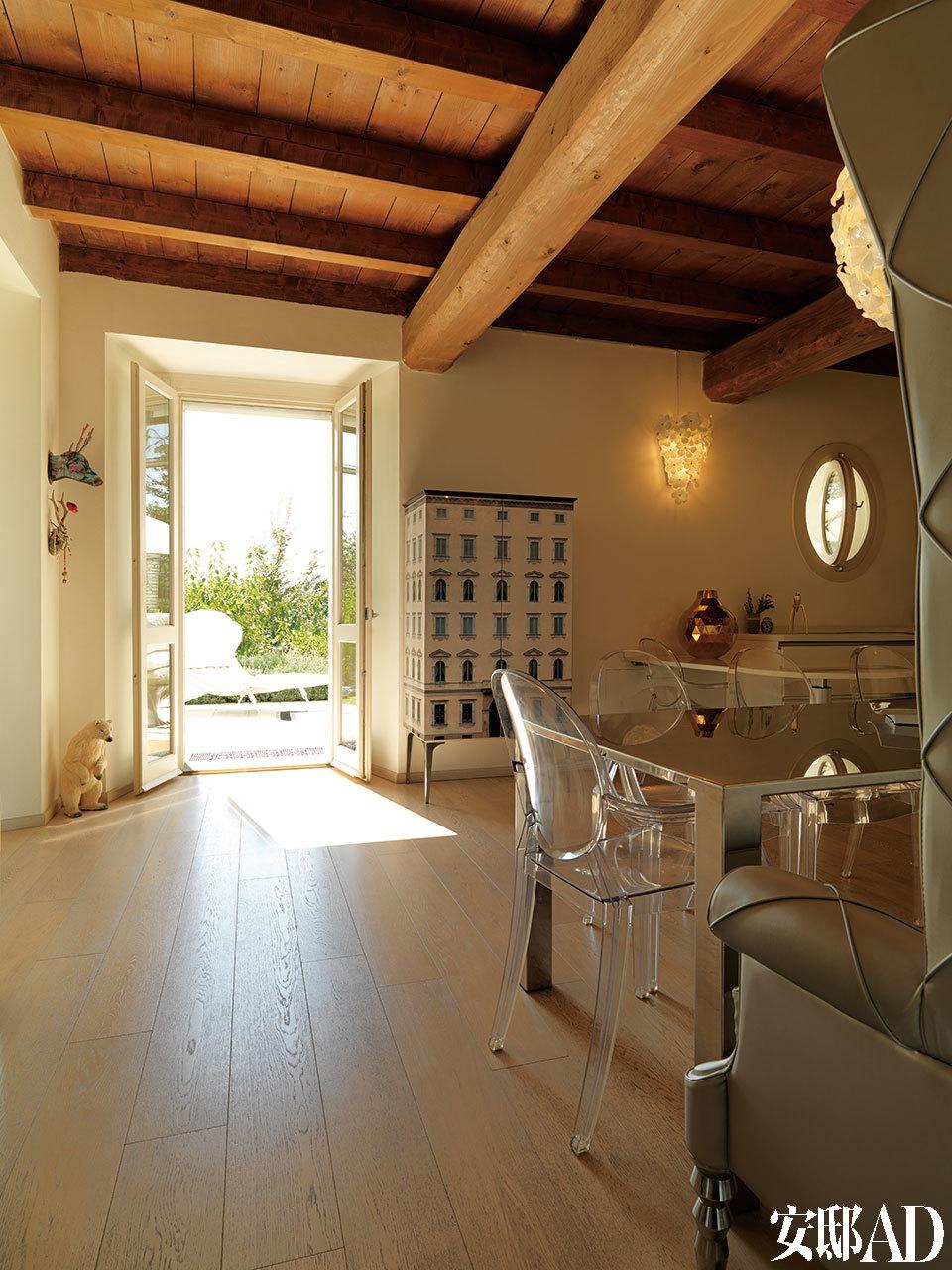 厨房拥有通向花园的对开门,门旁的Palazzo Ducale橱柜由Alessandro La Spada和Samuele Mazza设计,来自Visionnaire。