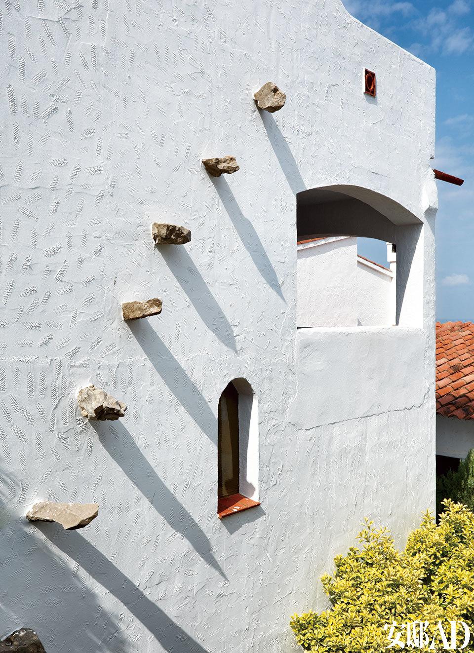 从镘刀抹子留下的直线、斜线,到花朵、心形图案,每幢房子的外墙上都印有这样那样的主题。一处房屋的外墙细节,石膏是主角,它的构造和它自身散发出的光线玩味古韵,外表古色古香,充满魅力,这便是非常独特古老的地中海文化。